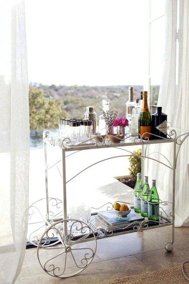 сервировочный столик в интерьере