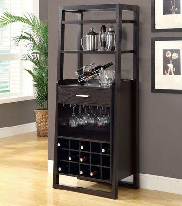 красивый небольшой барный шкаф