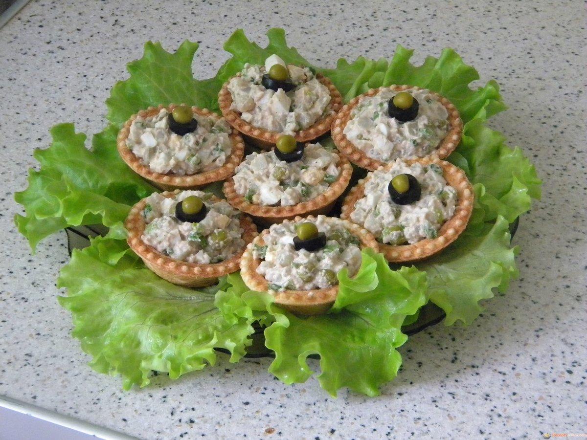 Рецепт тарталеток с курицей и грибами простой, вкусный и незатейливый, но маленькие и аккуратные корзиночки с курицей обязательно понравятся всем вашим гостям.