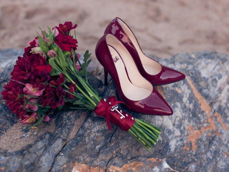Бордовые лакированные свадебные туфли лодочки на высоком каблуке.