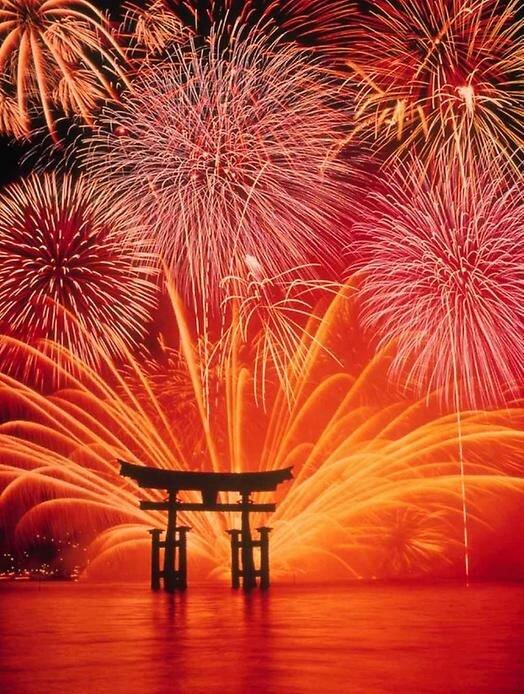 Просто зрелище не настолько масштабное, но от этого не менее красивое, в чём и предлагаю убедиться на примере Японии