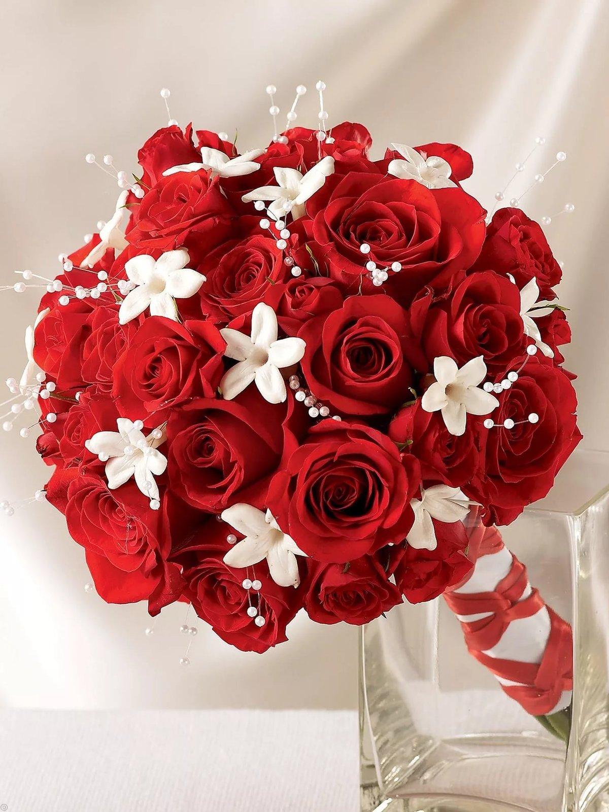 Свадебный букет из белых и красных, цветов фирме