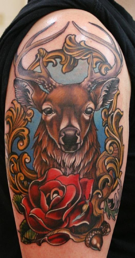 Татуировка оленя с розой на плече