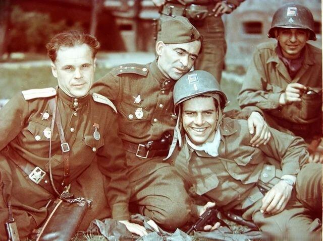 Советские и американские офицеры. На память. Берлин, 1945 год.  16 Апреля 1945 года советские войска начали Берлинскую наступательную операцию. Уже 25 Апреля они встретились с американскими войсками, наступающими с запада на реке Эльба. Великая Отечественная война подходила к концу, но, тем не менее, еще не прекращались ожесточённые бои и активное сопротивление немецких войск.