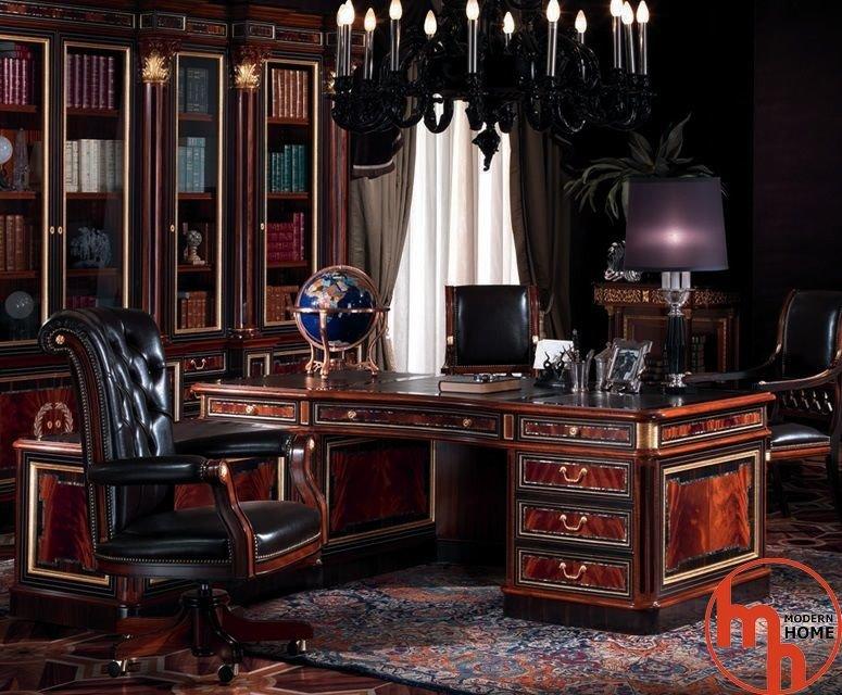 Крупная черная люстра, классический письменный стол из дорогого дерева, мягкое кожаное кресло с подлокотниками.