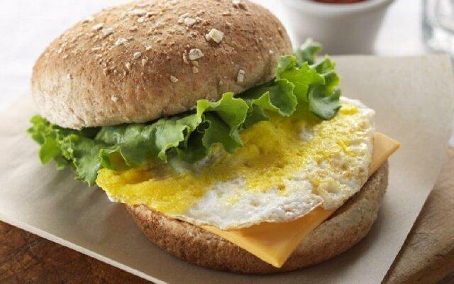 Бургер с яйцом и беконом