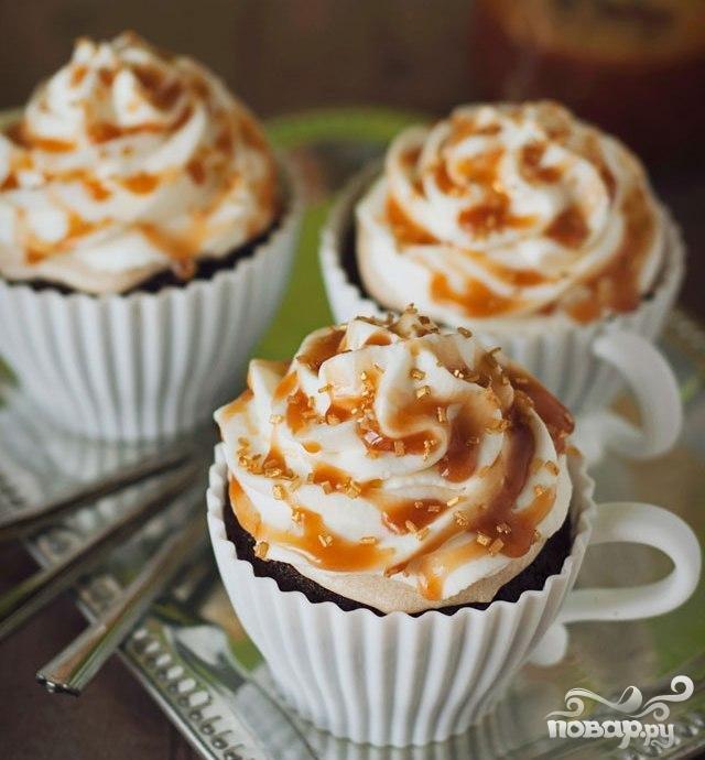 Кофейные маффины с карамелью и взбитыми сливками