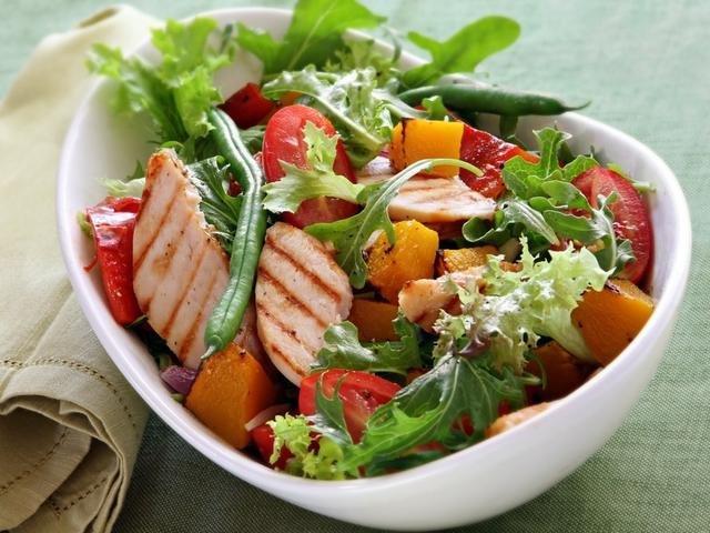 простой салат с грудкой куриной