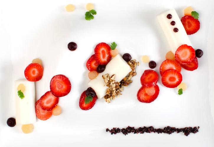 Освежающий десерт из козьего молока, клубники и портвейна в молекулярной кухне