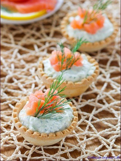 Тарталетки с красной рыбой и сырной начинкой