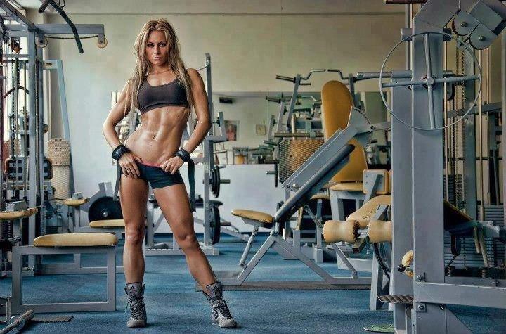 Тренировка девушки в спорт зале