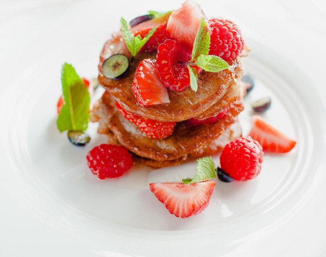 Вегетарианские оладьи из цельнозерновой муки с липовым мёдом и свежими ягодами