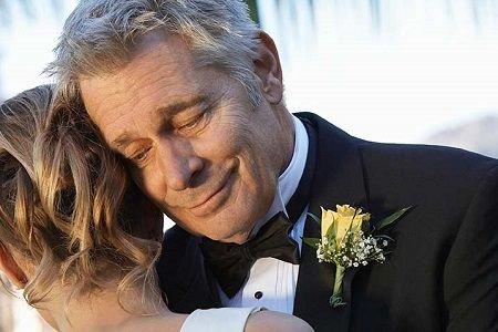 Папа поздравляет дочь на свдаьбе