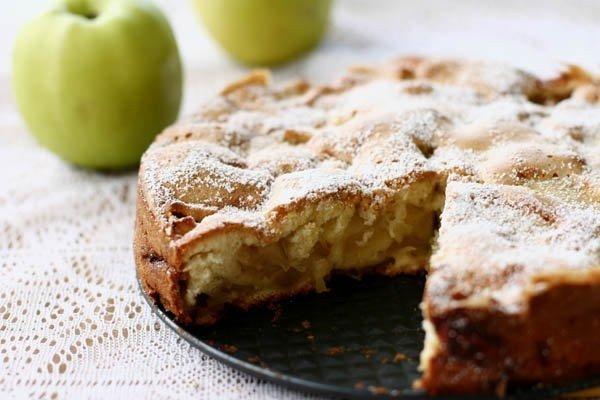 Рецепт шарлотки с яблоками простой с корицей