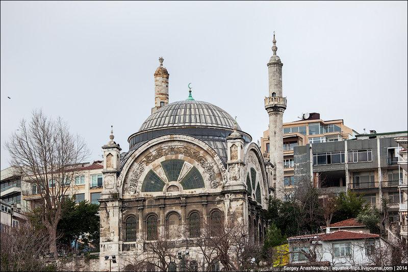 Мечеть Джихангир. А в память о своем сыне Джихангире Сулейман повелел архитектору Мимару Синану выстроить мечеть и назвать ее в честь Шехзаде. По разным причинам Синан смог выполнить поручение султана лишь спустя 5 лет после смерти Шехзаде.