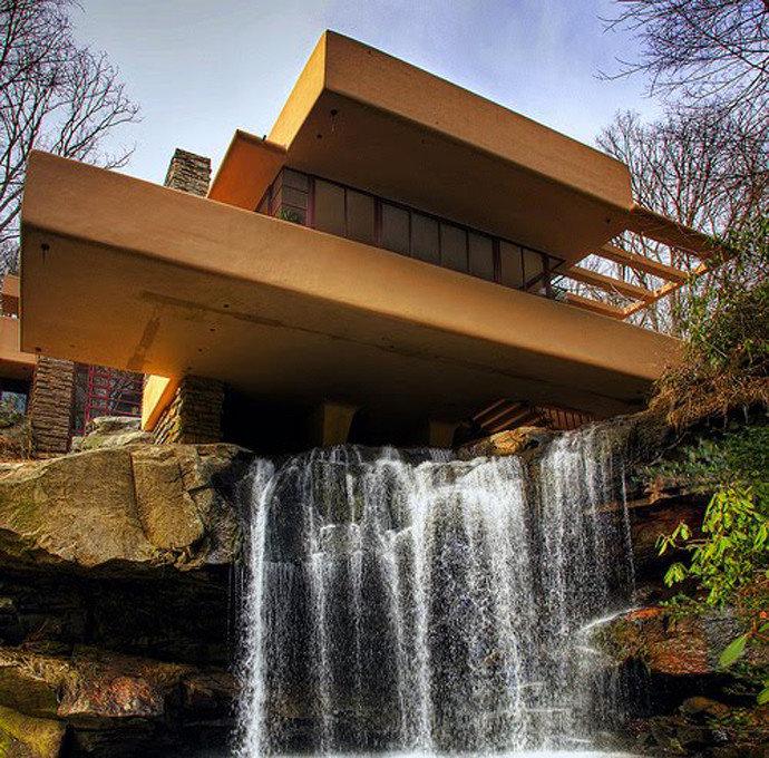 """""""Дом над водопадом"""" был построен в Мил Ране, штат Пенсильвания, на реке """"Медвежий ручей"""" известным архитектором Фрэнком Ллойдом Райт."""