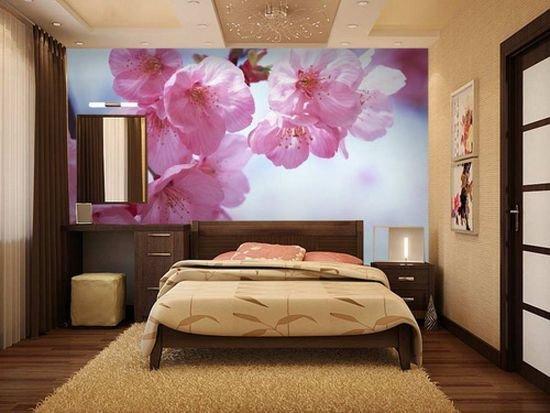 Бежево-коричневая спальня с ярким акцентом на стену с цветочными фотообоями