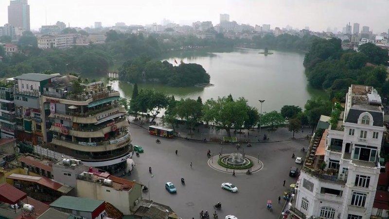 Озеро Возвращённого Меча (Hoan Kiem) находится в самом центре старого Ханоя и привлекает к себе множество местных жителей и туристов.