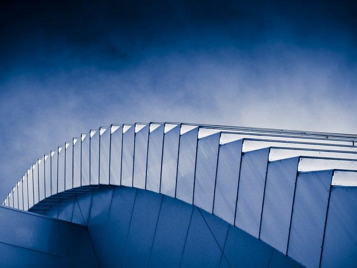 Использование чистых геометрических форм, обычно прямоугольных.