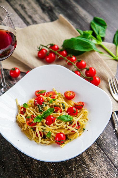 Спагетти с помидорами черри и базиликом.
