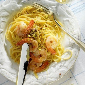 Спагетти с креветками и фисташками