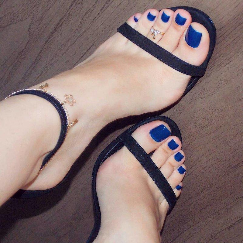 На ногах ногти синие