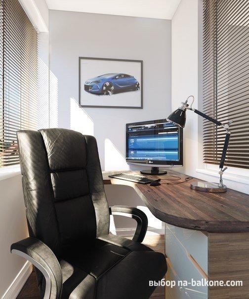 Рабочее место для делового мужчины с компьютером и удобным креслом.