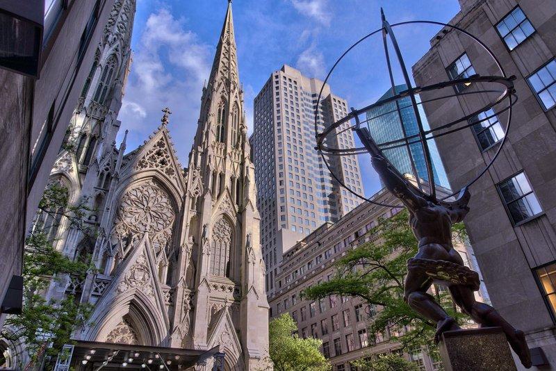 В огромном и шумном Нью-Йорке можно найти немало интересных достопримечательностей. И среди них не только музеи и парки, но и прекрасный Собор Святого Патрика – главный католический храм Нью-Йорка. Построенный в неоготическом стиле в ХIХ ст., сегодня он величественно возвышается напротив Рокфеллеровского центра и считается одним из самых ярких национальных исторических памятников США.