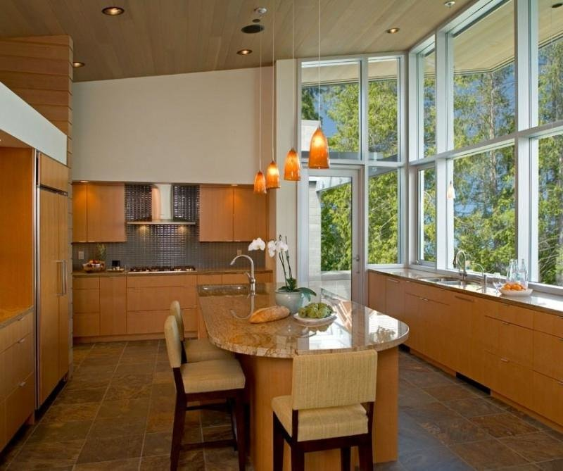 картинки кухни с большим окном случайно