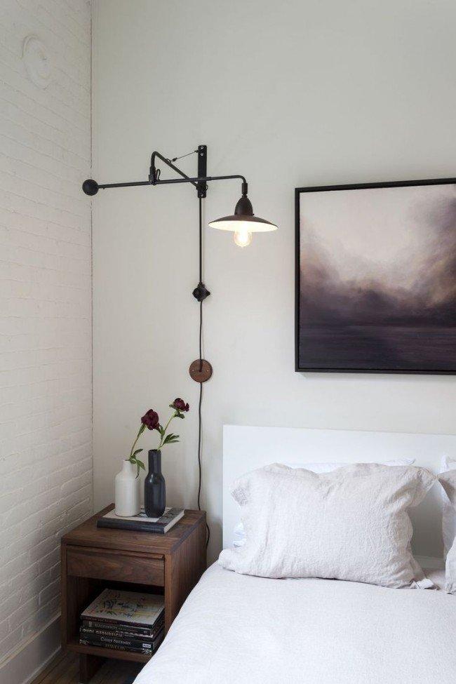 Размещение картин в спальне является хорошим и популярным вариантом