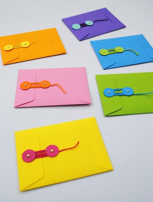 Сделать конверт из бумаги своими руками несложно. Следуйте нашим видео инструкциям, и у вас все получится.