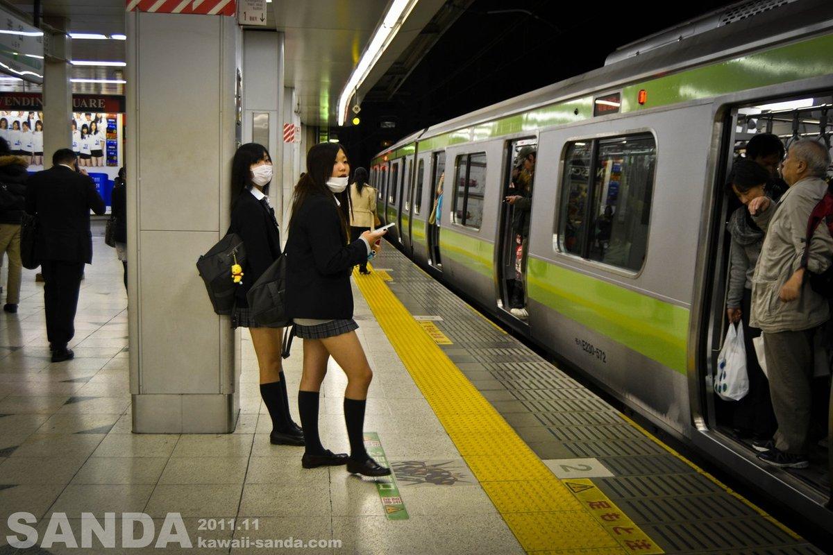 roliki-yaponku-pryamo-v-metro-porno-foto