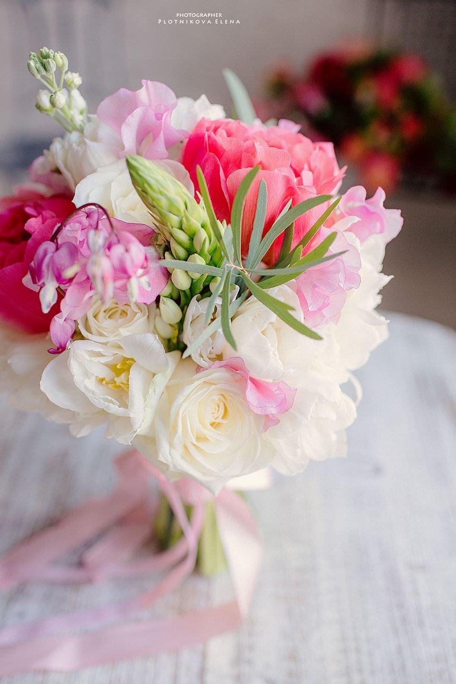 Свадебные букеты, свадебный букет дешево из тюльпанов и роз