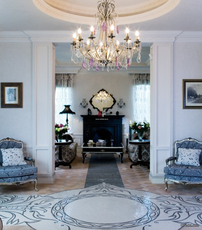 Черный камин в белой гостиной с кружевными шторами