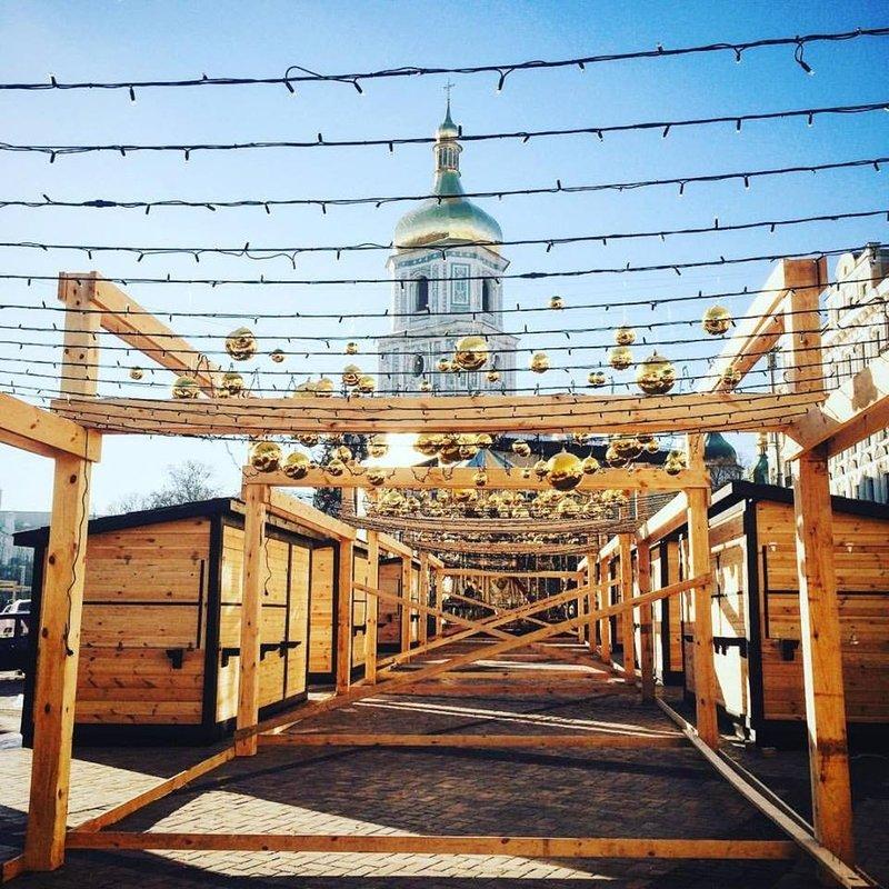 Киевские улицы украшают гирляндами, фонариками