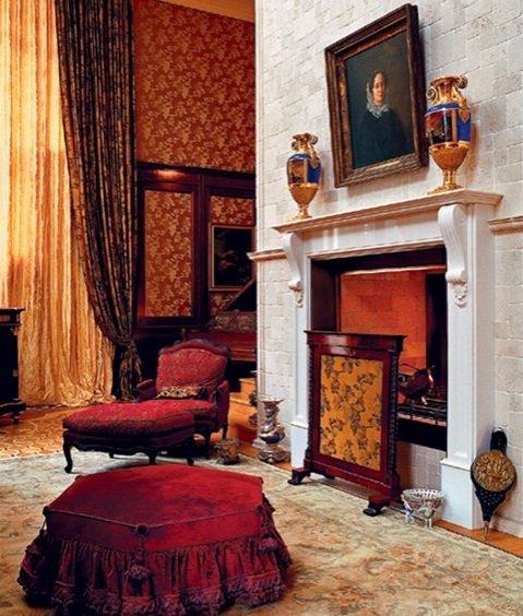 Сделать гостиную в английском стиле жилой помогут многочисленные детали из текстиля: диванные подушки, скатерти, портьеры, коврики.