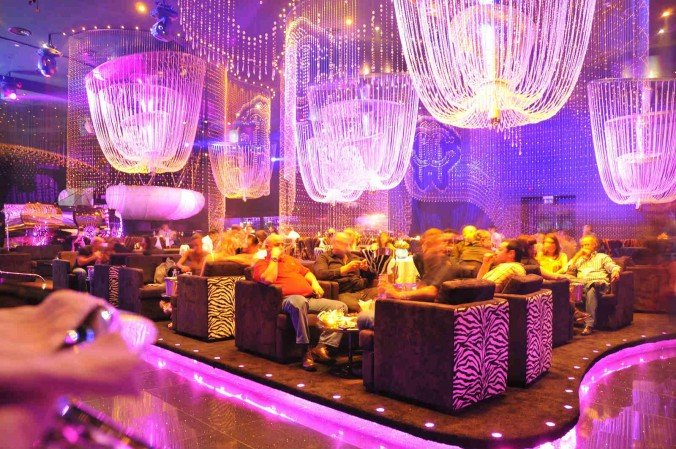 In this article i'll show the new and trendy night club with swarovski crystals by Roberto Cavalli . Please enjoy