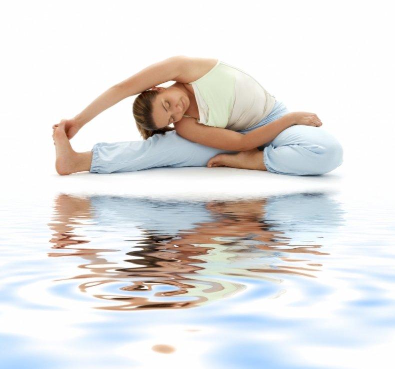 При регулярных занятиях йогой из организма выводятся шлаки и токсины, он очищается и обновляется.