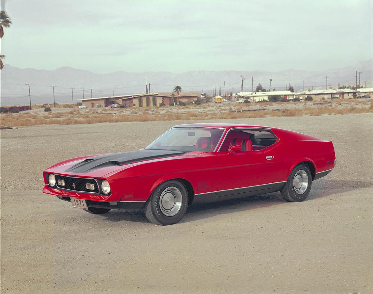Новинкой стал Mustang Sprint – специальная модель, выпускавшаяся с кузовом, отличавшимся полосами красного, белого и синего цветов и соответствующим образом декорированным интерьером.