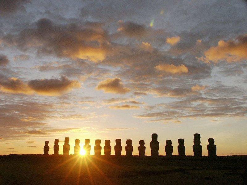Статуи моаи на закате