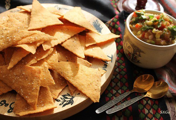 Кукурузные чипсы с овощной сальсой