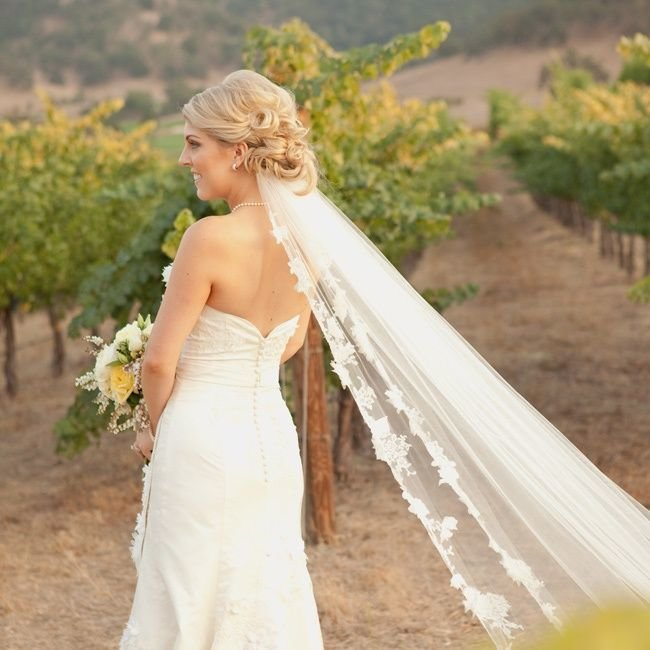 Свадебная прическа фата снизу