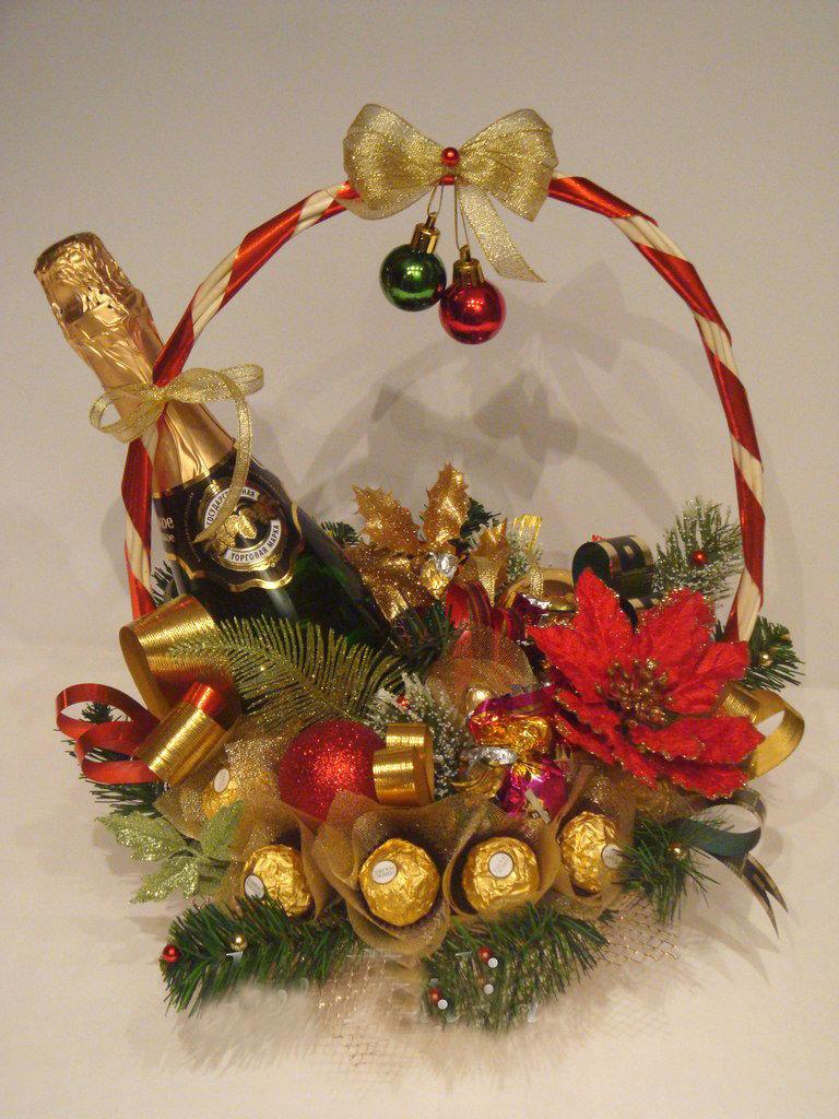 Букеты с шампанским и конфетами на новый год, цветов 1000