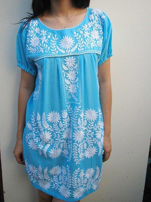 Белая вышивка на голубом платье