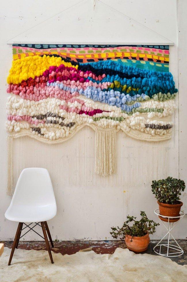 Иногда использование гобелена становится незаменимым декораторским приемом, позволяющим создать уют и ввести дополнительный цветовой акцент в дизайн интерьера.