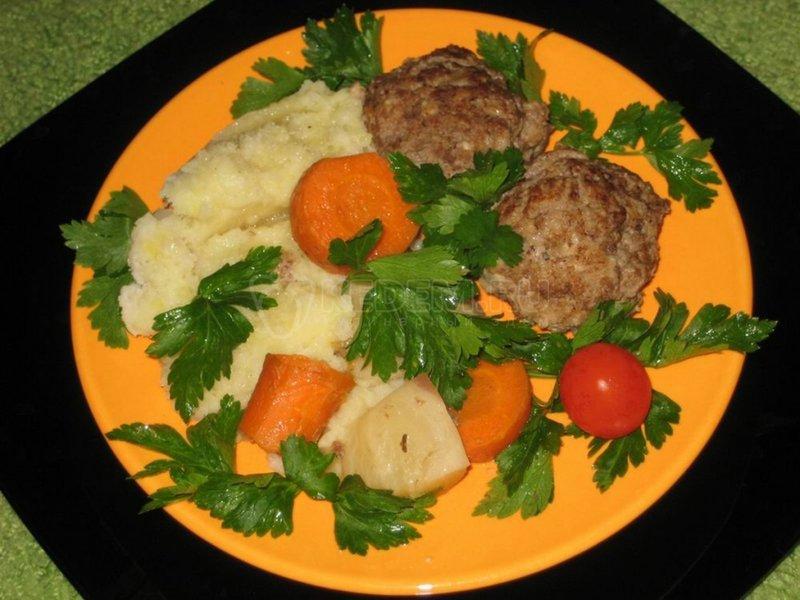Котлеты тушеные с мясом и овощами.