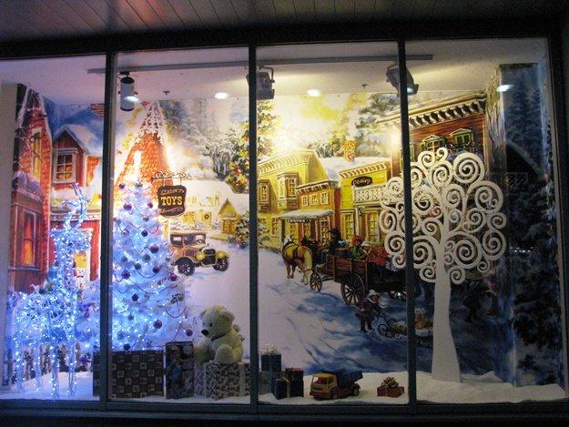До Нового года осталось совсем немного времени, и столичные бутики изощряются, кто как может, чтобы яркими и неординарными витринами привлечь к себе покупателей. Портал  В городе  разыскал самые смешные и необычные оформления.