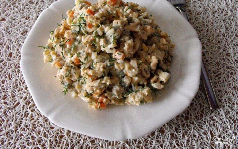 Отличный вариант вегетарианского салата с консервированными шампиньонами и солёными огурцами просто не может не понравиться.