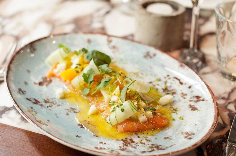 Закуска из лосося с горчичной заправкой и яблоком