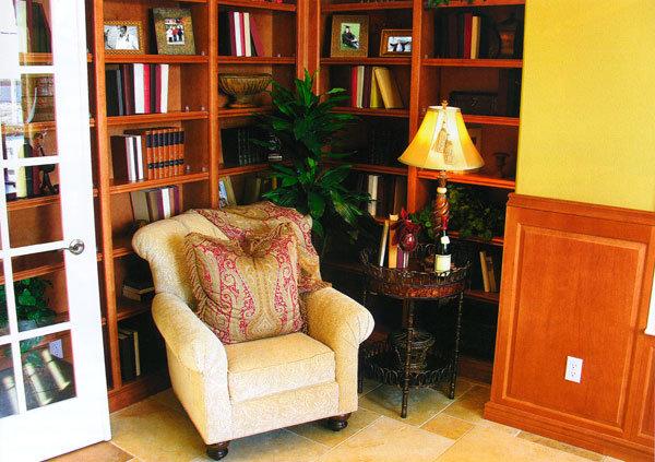Декор домашнего кабинета книгами